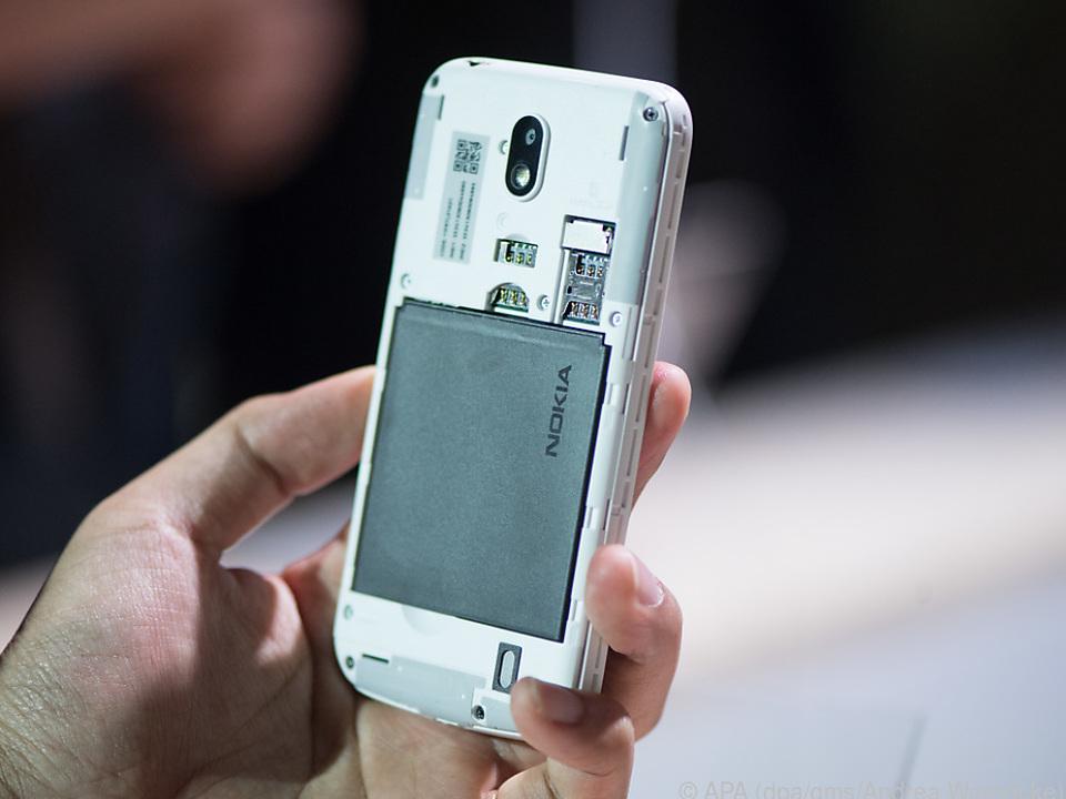 Das Nokia 1 kommt mit austauschbarem Akku und Wechselschalen für die Rückseite