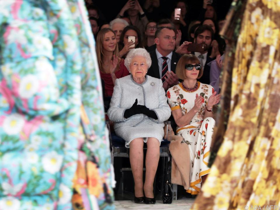 Die Königin gab sich modeinteressiert