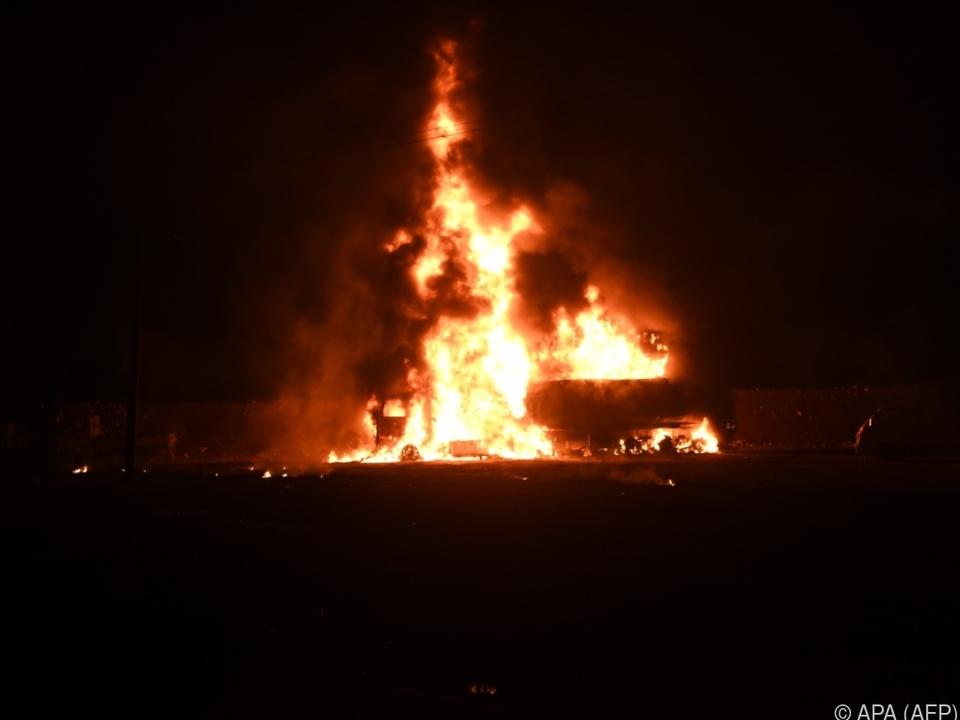 Fahrzeuge aus dem Konvoi brannten aus