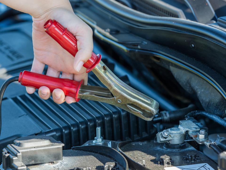 starterkabel an die autobatterie befestigen
