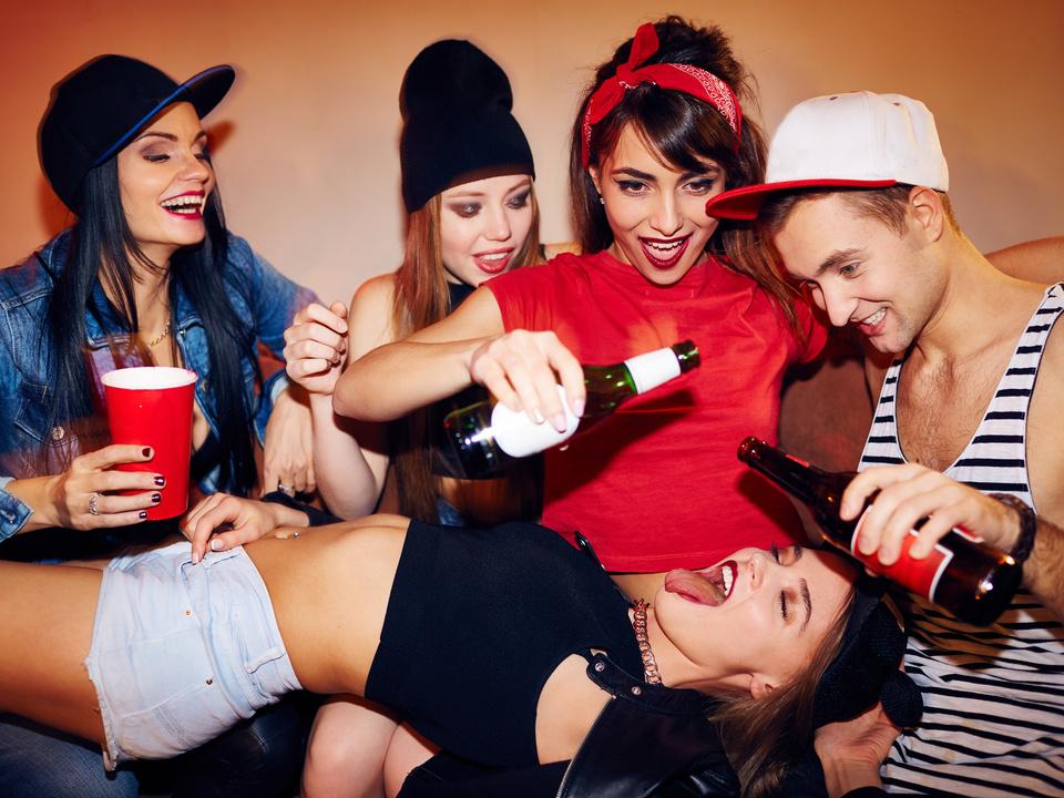 alkohol party jugend sym trinkspiele feiern tanzen gruppe