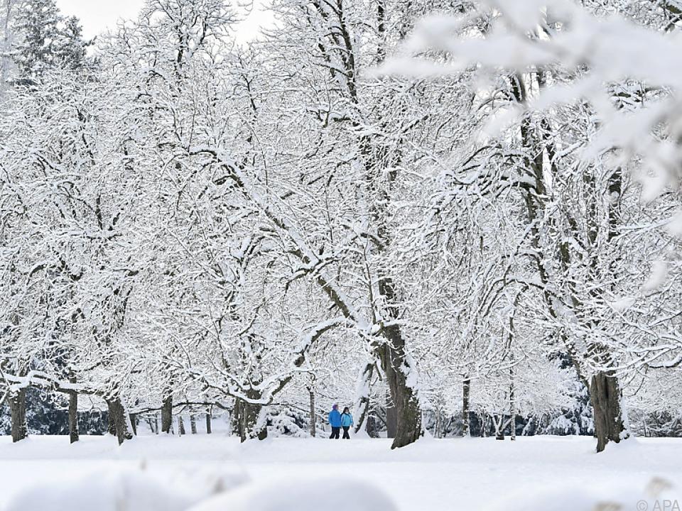 Fußgänger und Wintersportler müssen sich vor der Kälte schützen