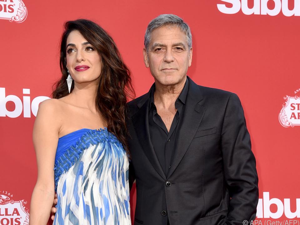 George (r.) und Amal Clooney (l.) spendeten eine halbe Million Dollar