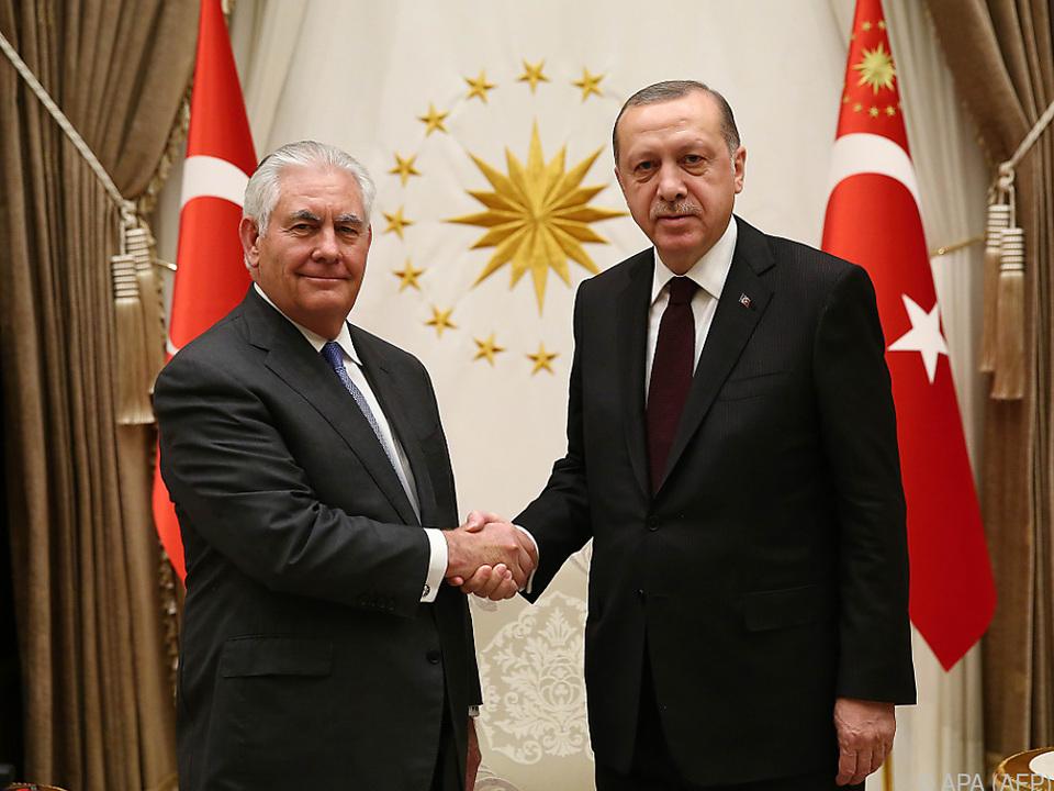 Handschlag zwischen Tillerson und Erdogan