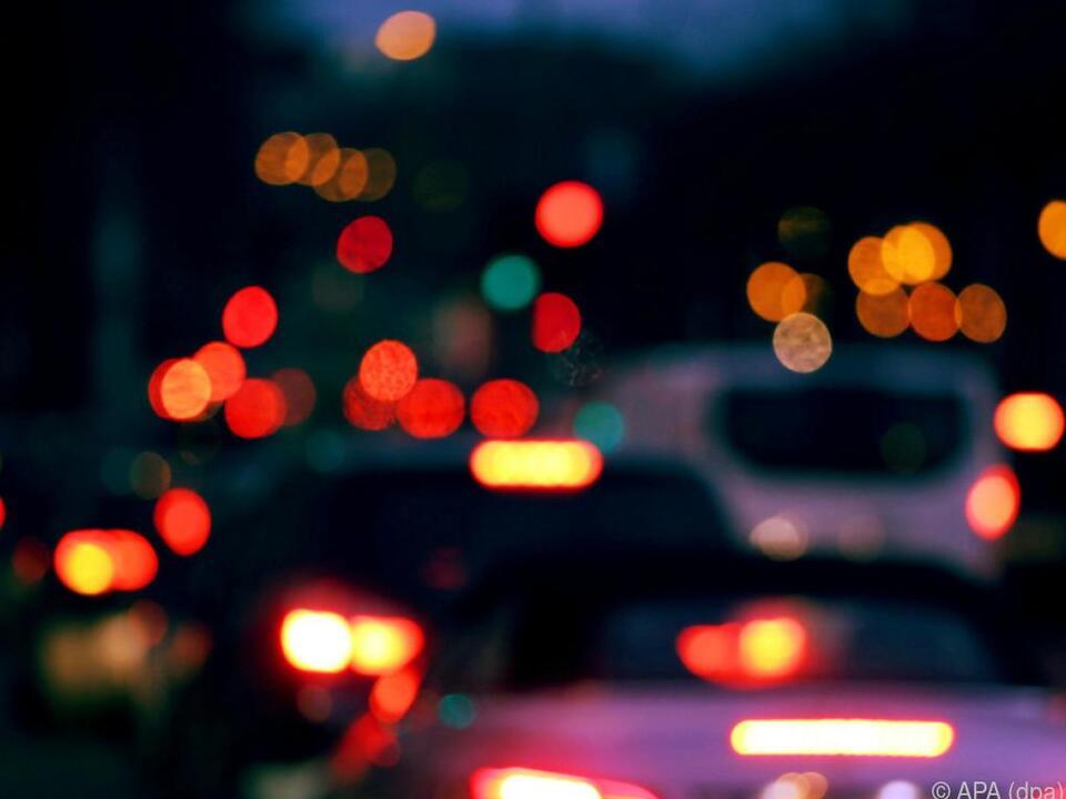 verkehr Immer mehr Autos, auch elektrisch betrieben, auf Österreichs Straßen auto verkehr straße nacht sym