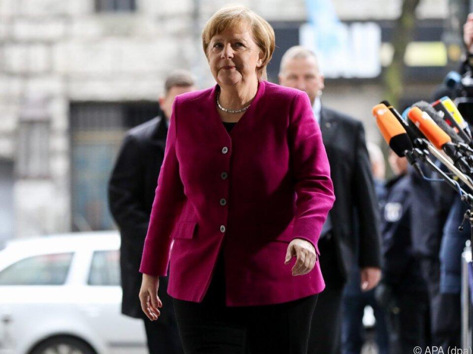 Kanzlerin Merkel auf dem Weg zu den Koalitionsverhandlungen