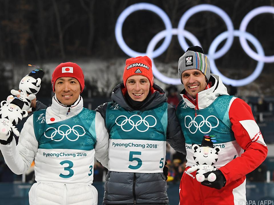 Klapfer (re.) mit Sieger Frenzel und Watabe
