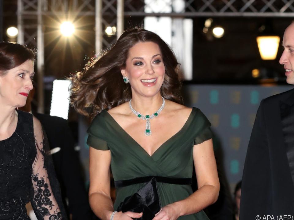 Künstliche Aufregung um ein dunkelgrünes Kleid?