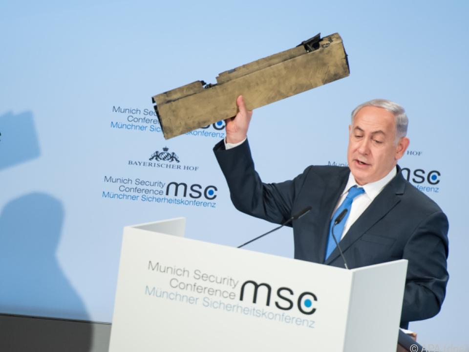 Netanyahu hielt einen Teil einer Drohne in der Hand