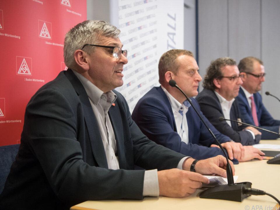 Verhandler bei der Bekanntgabe des Ergebnisses in Stuttgart