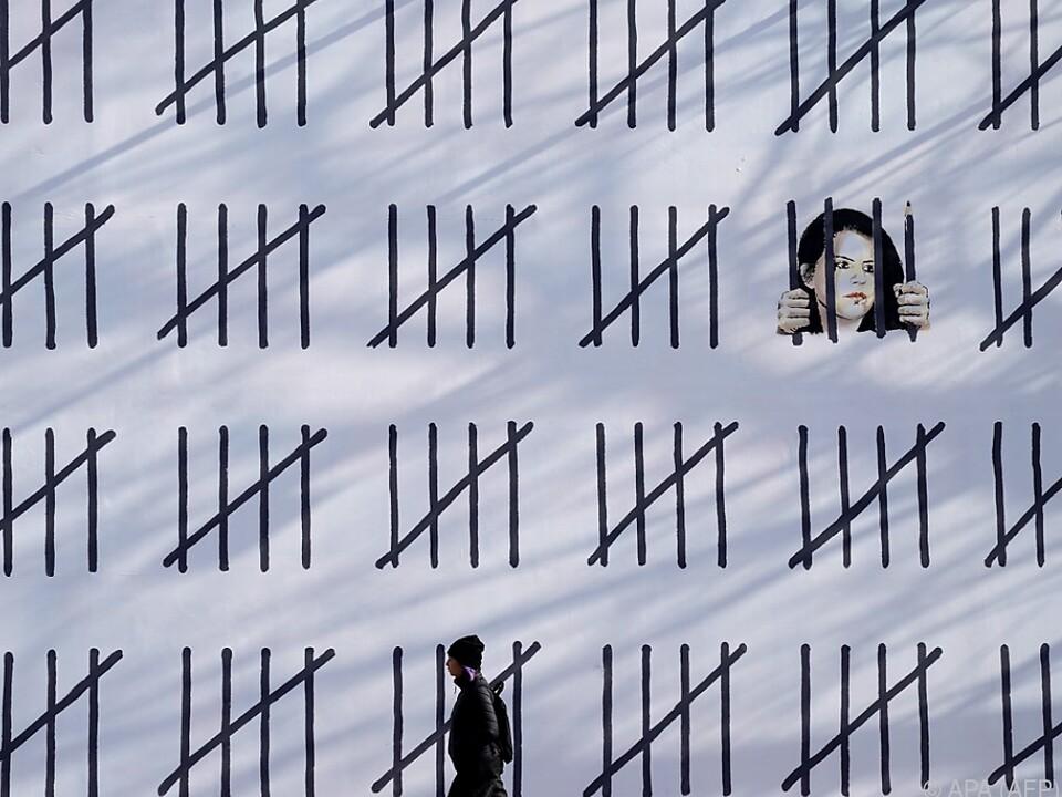 Banksys rund 20 Meter breite Arbeit stellt ein Gefängnis dar