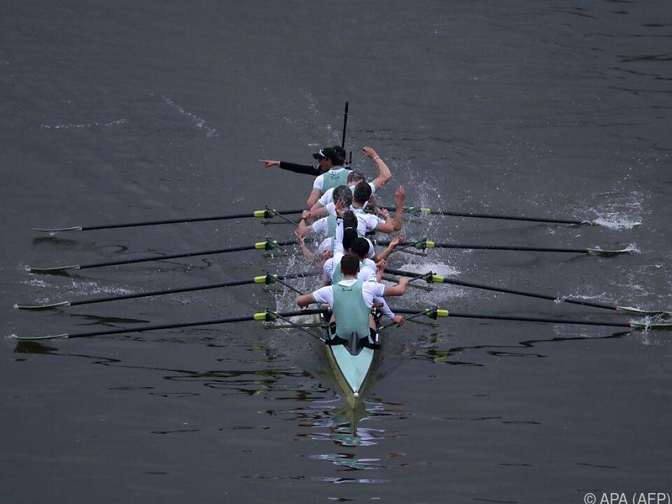 Das Boot der Ruderer aus Cambridge ging zuerst über die Ziellinie