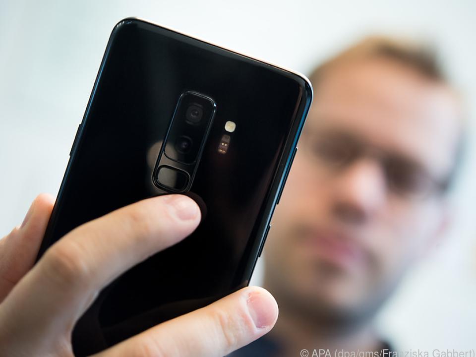 Samsung hat den Fingerabdrucksensor günstiger unterhalb der Kamera platziert