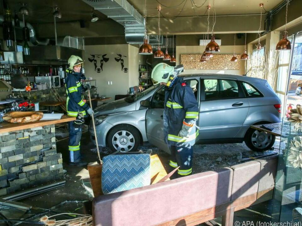 Der Wagen durchbrach die Verglasung des Lokals