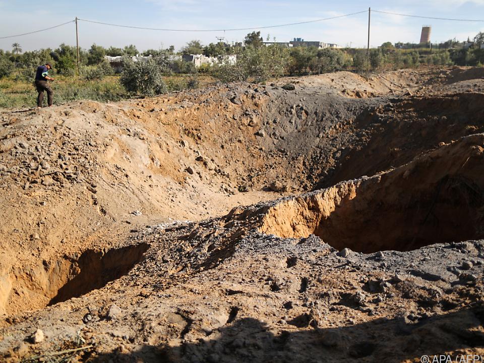 Die Luftangriffe hinterließen riesige Krater