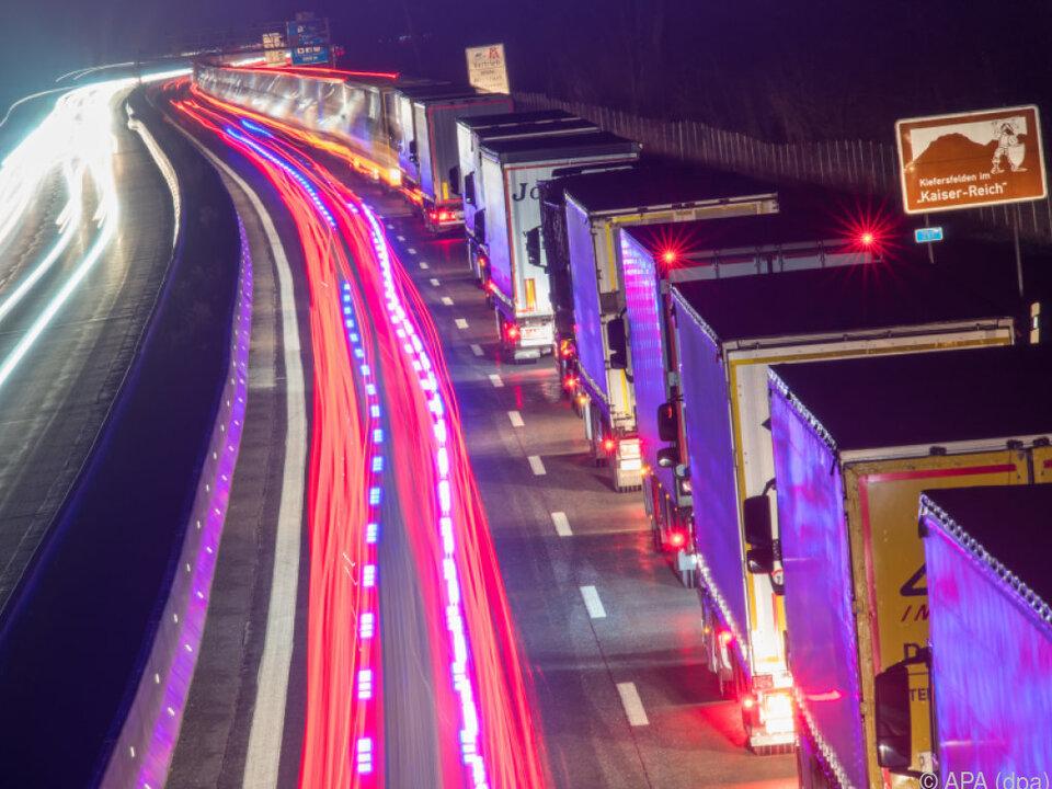 Die nächste Lkw-Blockabfertigung kommt nach Ostern verkehr autobahn a22 sym lkw