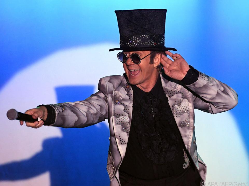 Elton John steht zu seinen verrückten Outfits