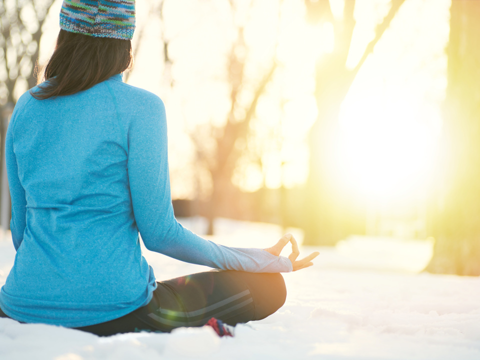 Yoga Schnee Attractive mixed race woman doing yoga in nature at winter time