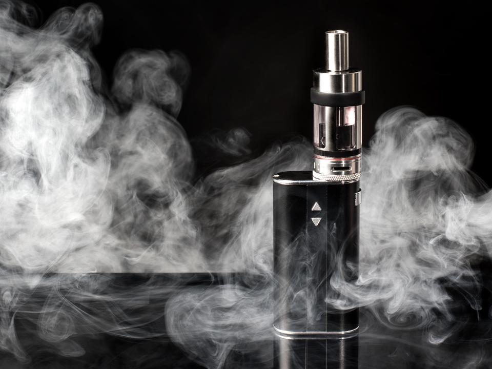 elektronische Zigarette, E-Zigarette mit Dampf schwarzer Hintergrund