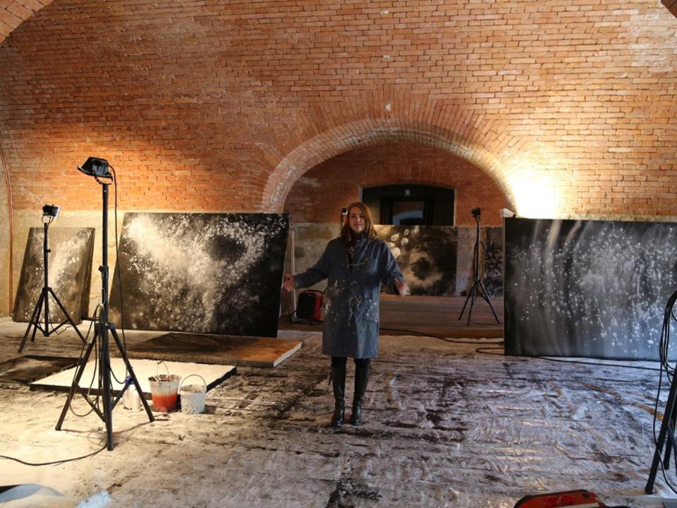 julia-bornefeld-im-temporaren-atelier-in-der-franzensfeste-2
