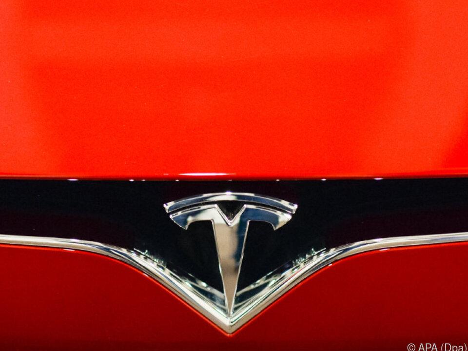 Kritik an Tesla nach Unfall mit autonomen Auto