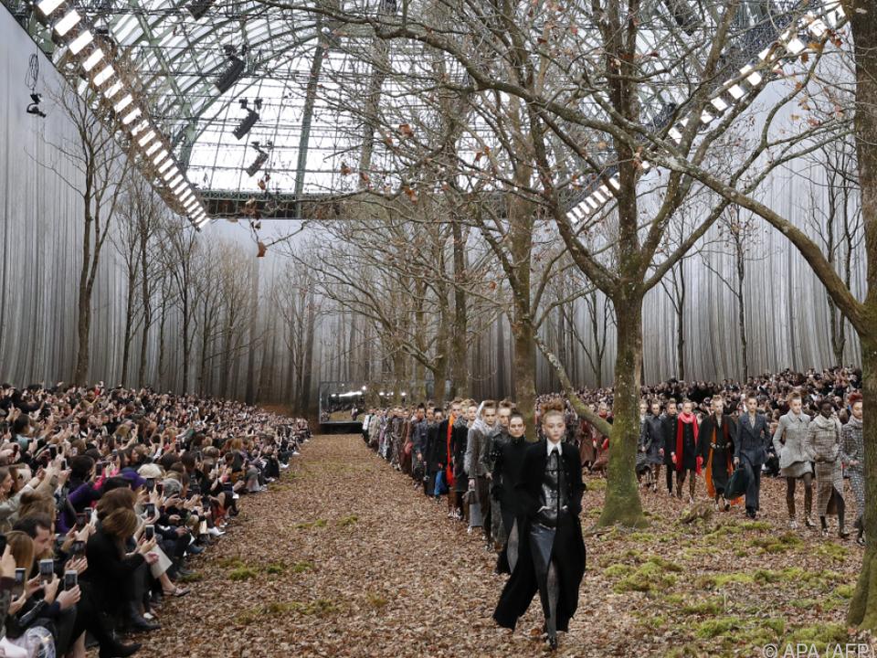 Lagerfeld ließ im Grand Palais von Paris einen Herbstwald errichten