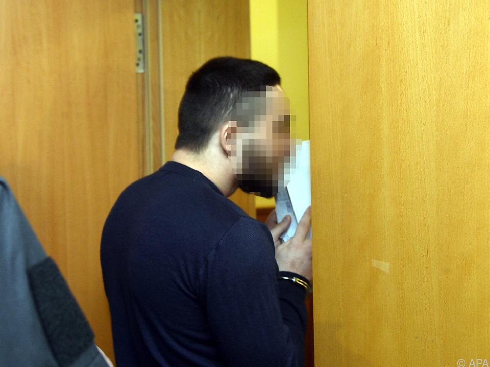 Mann bedrohte halbnackte Frau am Glitzersee