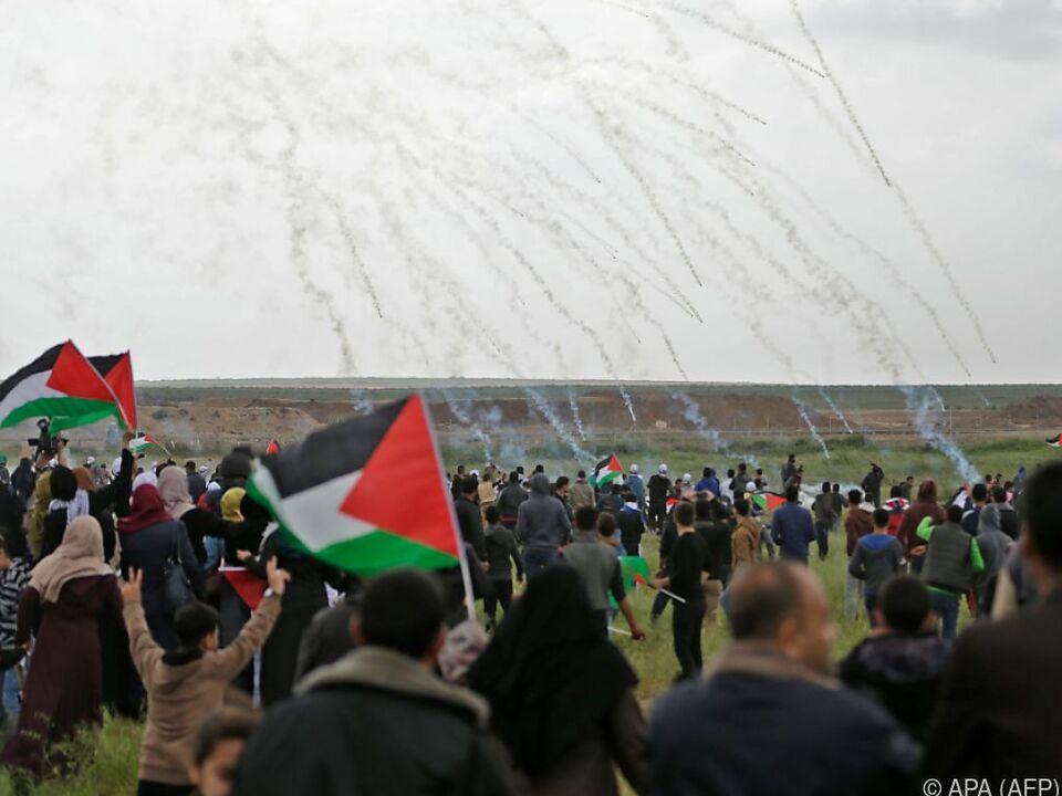 Protestierende versuchen, den Tränengasschwaden der Armee zu entkommen