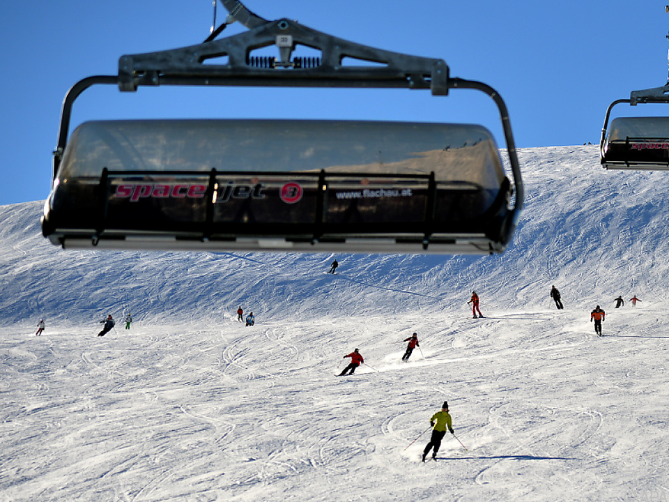 Rekordwerte bei Nächtigungs- und Gästezahl ski fahren ski symbol fotol skilift sessellift winter