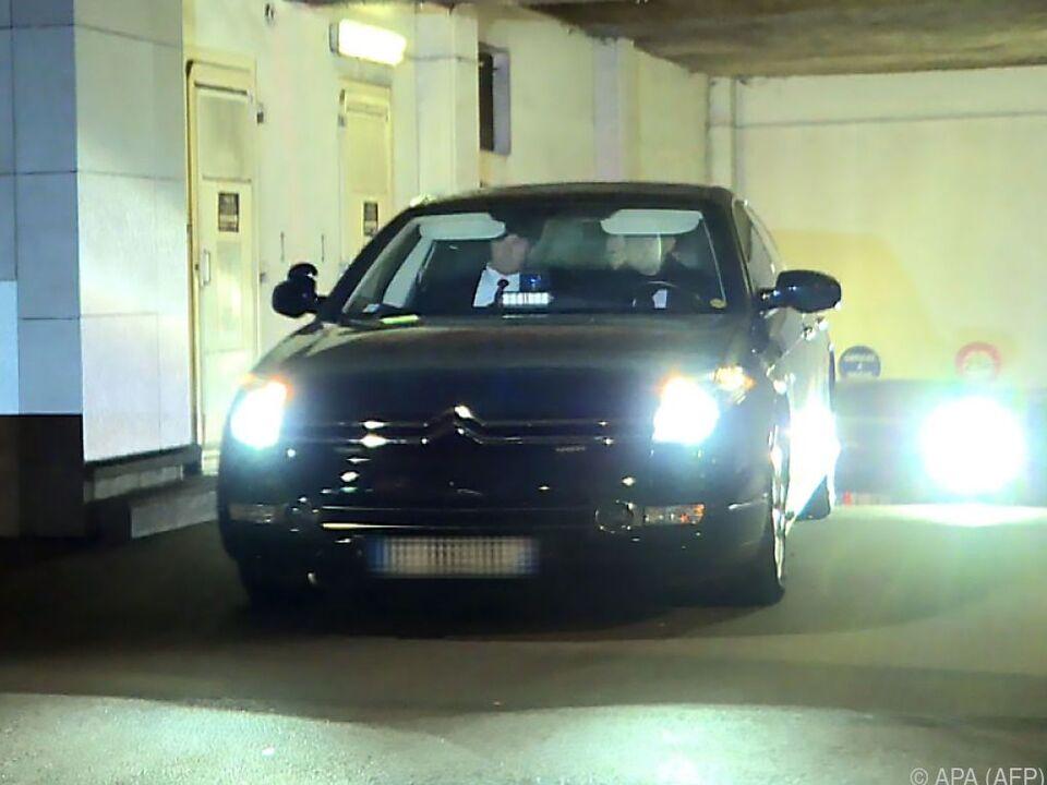 Sarkozys Wagen vor der Polizeistation in Nanterre