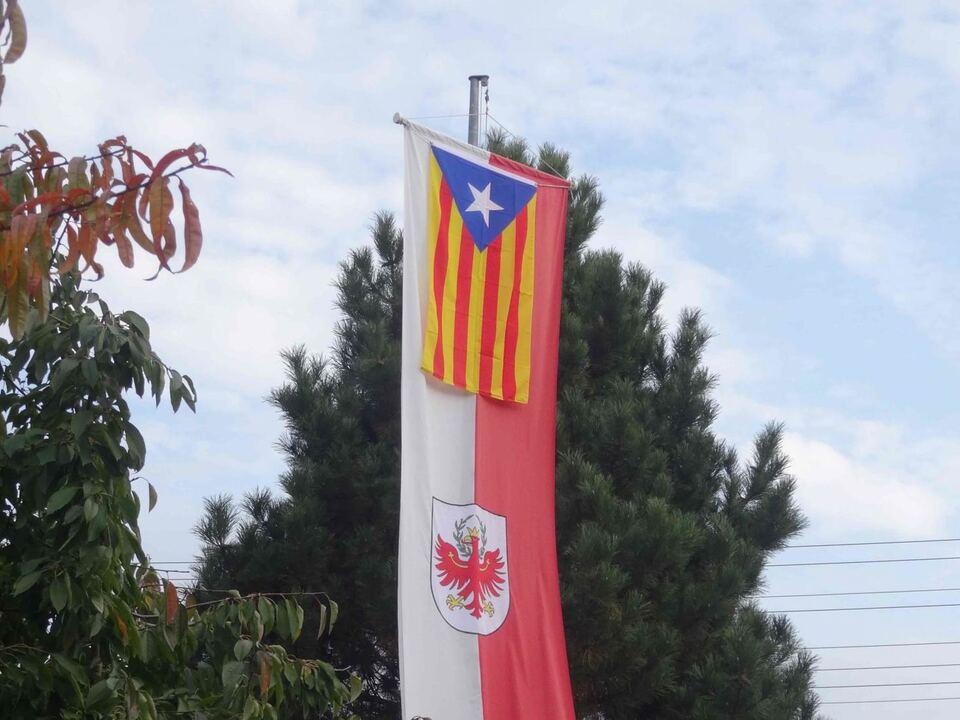 solidaritaet-katalanische-fahne-mit-t-fahne