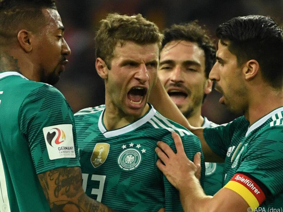 Thomas Müller wird beglückwünscht zum 1:1 gegen Spanien