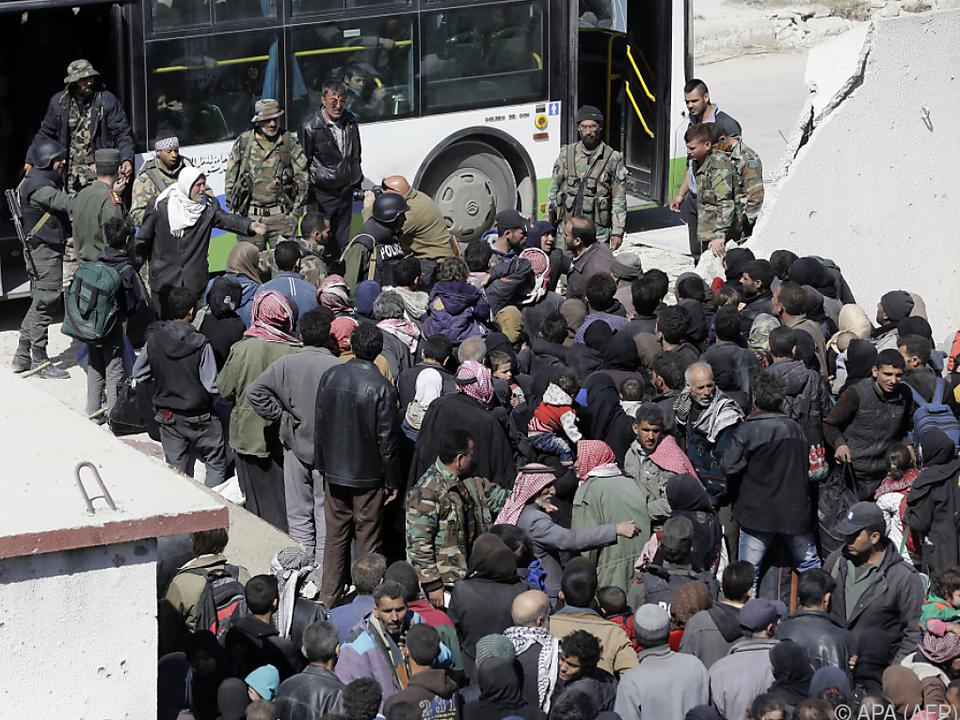 Viele Zivilisten flüchten aus dem Gebiet