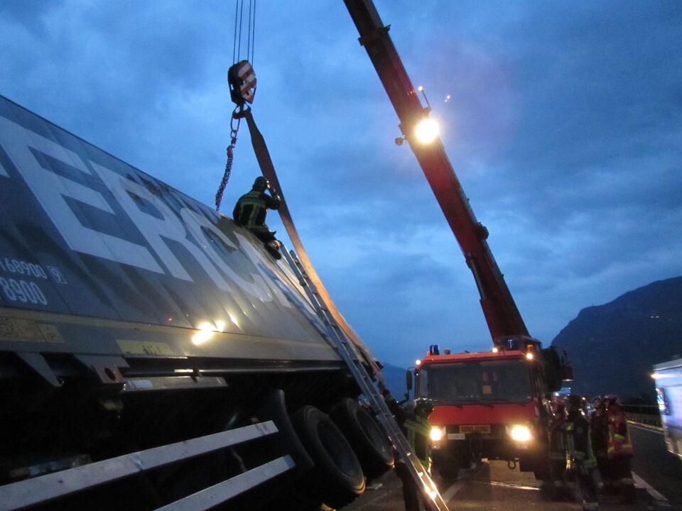 Lkw-Anhänger umgekippt A22