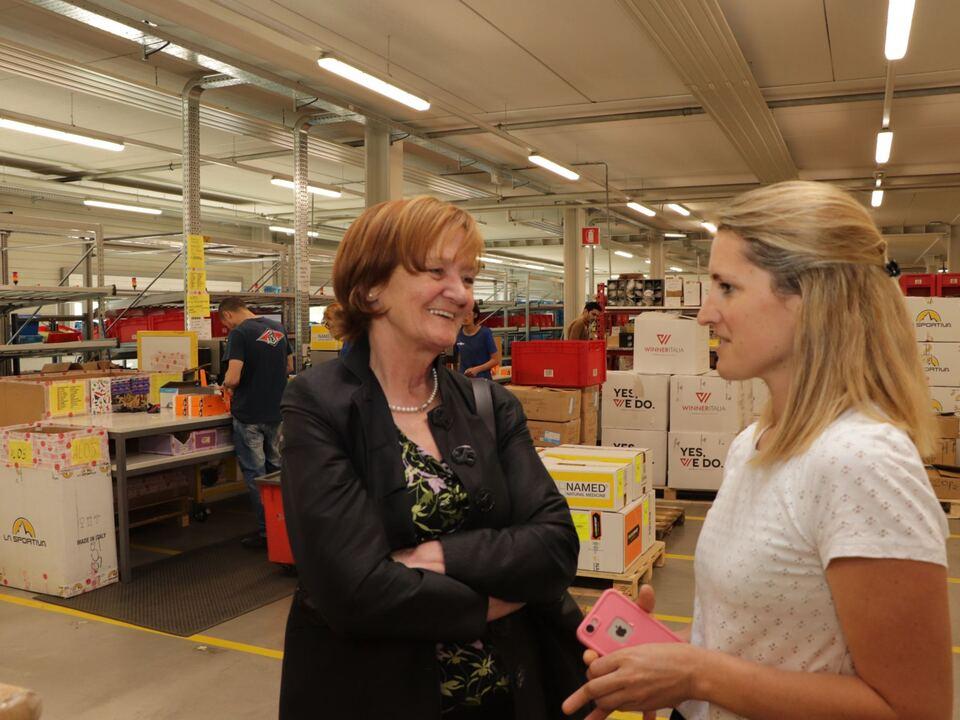 Landesrätin Martha Stocker im Gespräch mit Sportler-Personalchefin Elisabeth Oberrauch