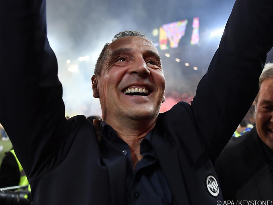 Adi Hütter feiert nach Gewinn des Meistertitels