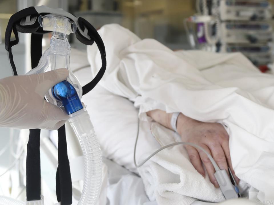 Auf Intensivstation aufgenommenes Themenbild krankenhaus patient krankenbett sym
