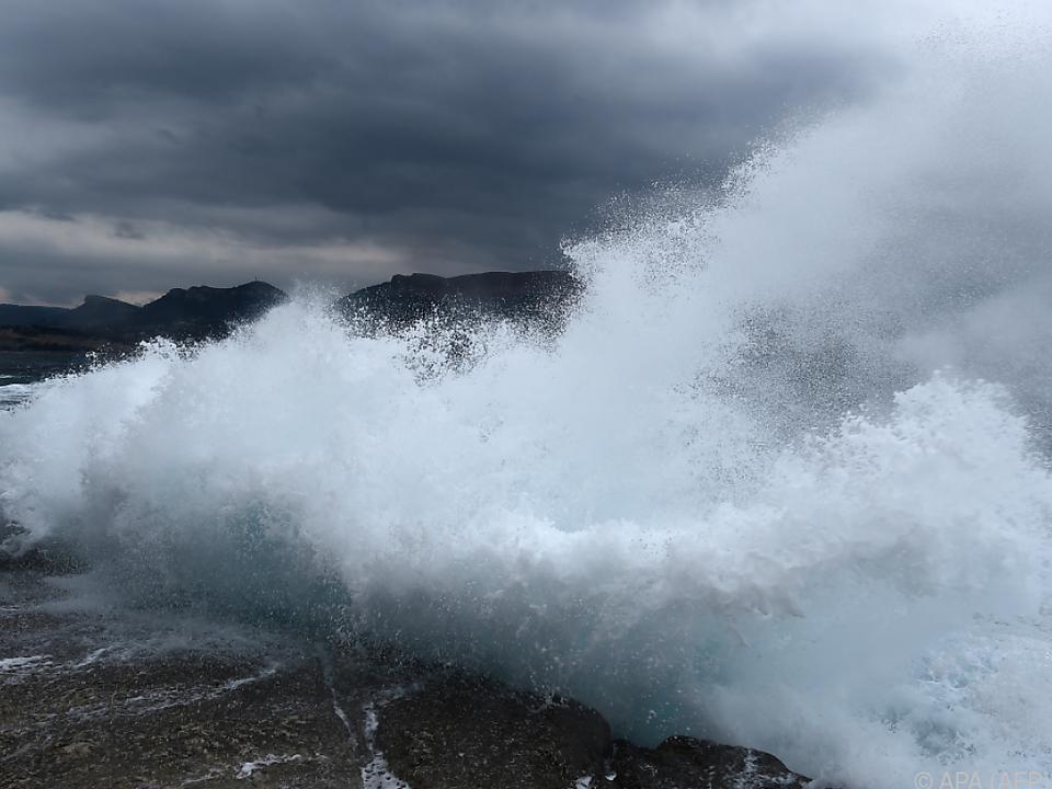 Behörden hatten Unwetterwarnung ausgegeben (Symbolbild) unwetter meer wellen gewitter