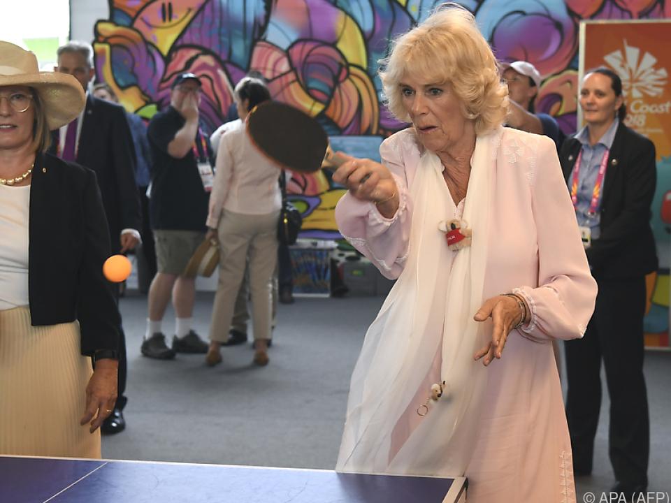 Camilla mit Lucy Turnbull beim Tischtennis