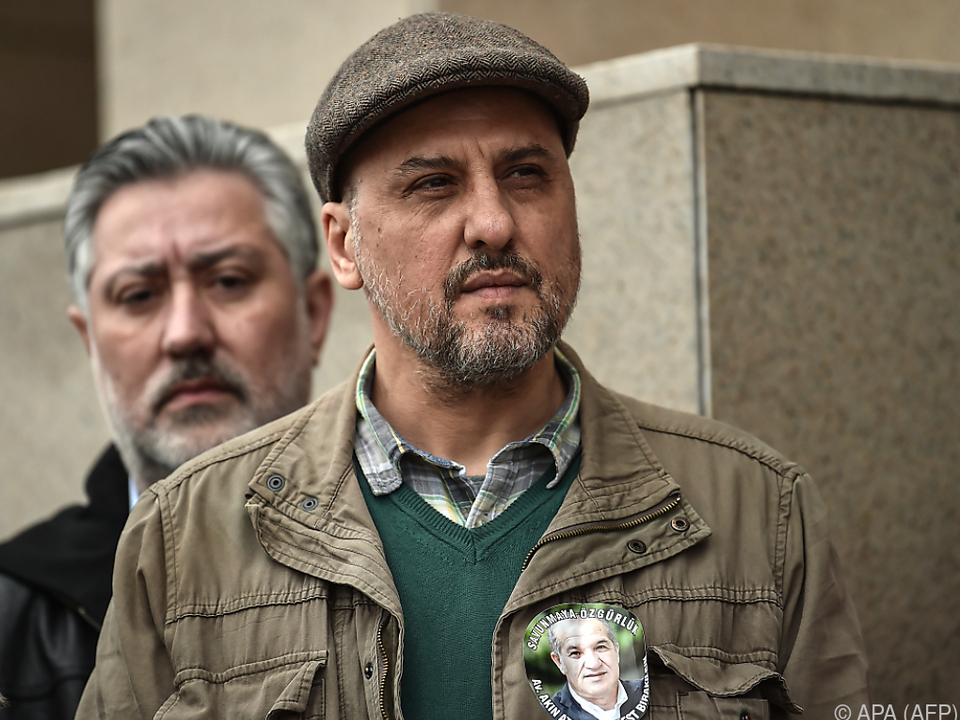 Chefredakteur Sabuncu und Journalist Ahmet Sik (rechts) müssen in Haft