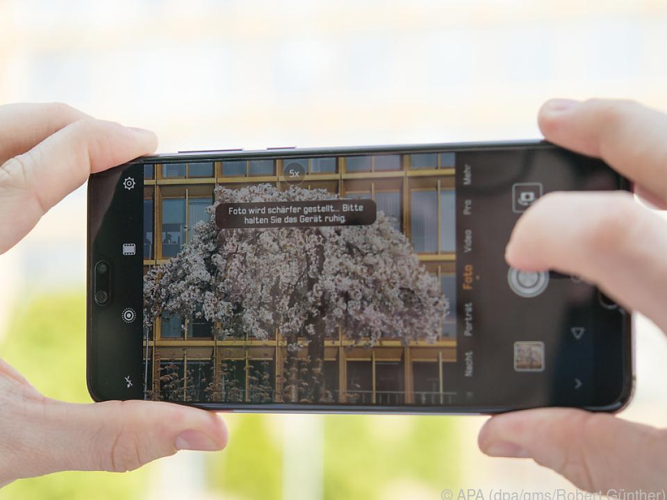 Das P20 pro kombiniert die Fotos der drei Kameras zu einem Gesamtbild
