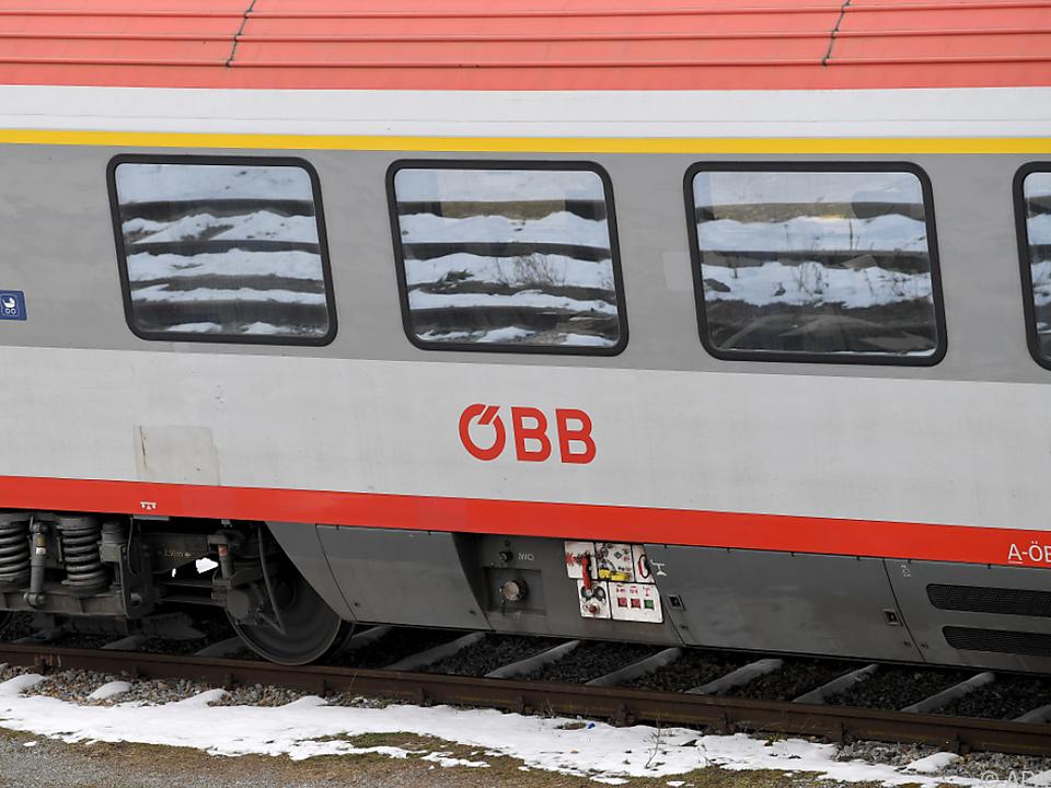 Die Fahrgäste wurden über eine Aluminiumrampe aus dem Zug geholt öbb