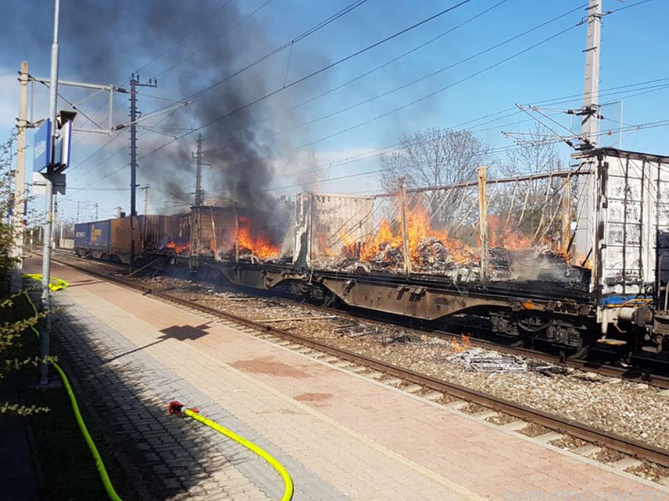 Drei Güterwaggons waren am Samstag in Brand geraten