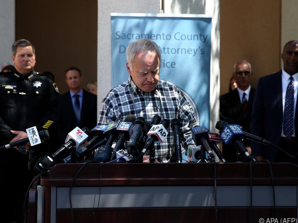 Ein Angehöriger von Opfern bei einem Presse-Statement