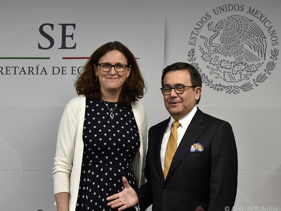 EU-Kommissarin Malmström (l.) und Wirtschaftsminister Guajardo