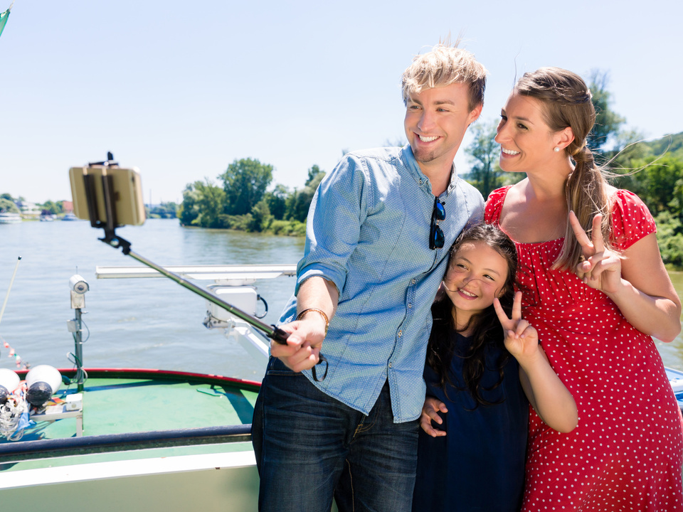 Familie fröhlich See Selfie Family on river cruise with selfie stick in summer