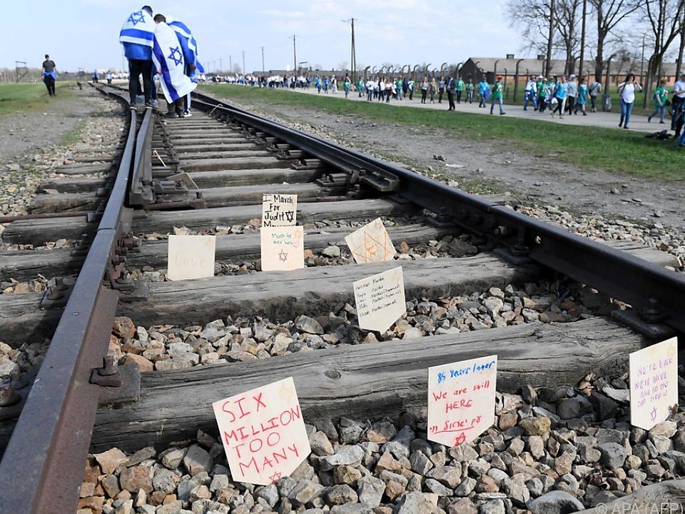 Generationen-übergreifendes Gedenken an Nazi-Gräueltaten