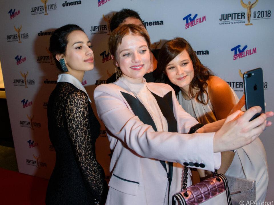 Jella Haase macht auch gerne mal selbst ein Selfie mit Kollegen