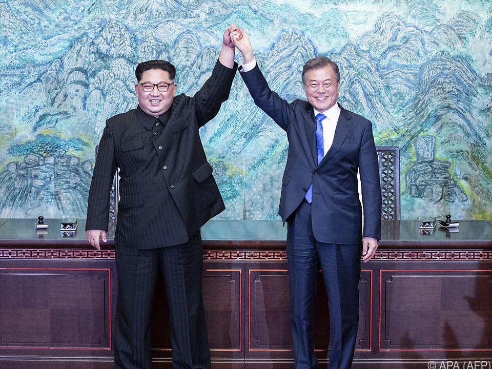 Kim Jong-un und Moon Jae-in Hand in Hand