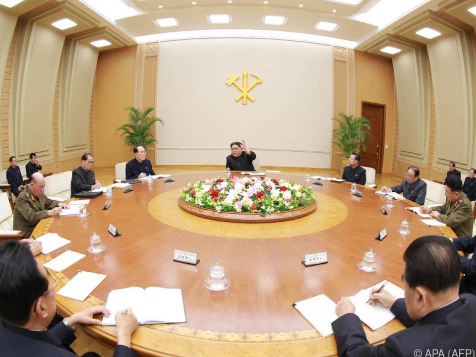Kim spricht vor Parteivertretern